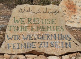 """""""Wir weigern uns Feinde zu sein"""" - Stein vor dem Zelt der Völker. Foto: Johannes Gerloff"""