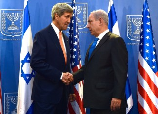 """John Kerry and Benjamin Netanyahu July 2014"" von U.S. Department of State - Lizenziert unter Public domain über Wikimedia Commons."