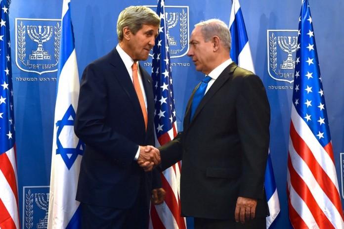 """John Kerry and Benjamin Netanyahu July 2014"" von U.S. Department of State - Lizenziert unter Public domain über Wikimedia Commons."