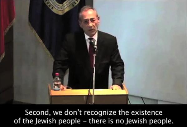 """Imad Nabil Jadaa, der Botschafter der Palästinensischen Autonomiebehörde in Chile, erklärte am 15. Mai, die Protokolle der Weisen von Zion (eine antisemitische Fälschung) enthielten den Beweis eines jüdischen Plans zur Errichtung der Weltherrschaft. In derselben Rede sagte Jadaa: """"Es gibt kein jüdisches Volk"""" und dass die Palästinenser die Existenz eines jüdischen Volkes nicht anerkennen würden. Foto Screenshot ISGAP"""