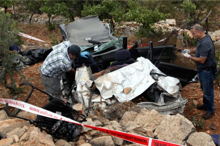 Rettungsdienst am Tatort, wo Asher Palmer und sein 1 jähriger Sohn Yehonatan durch auf ihr Auto geworfene Steine getötet wurden. September 2011. Foto Yossi Zamir/Flash 90