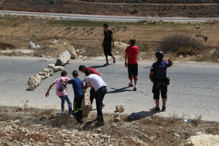 Kinder blockieren mit Steinen eine Strasse bei Nabi Saleh. 28. August 2015. Foto Eric Cortellessa / Times of Israel