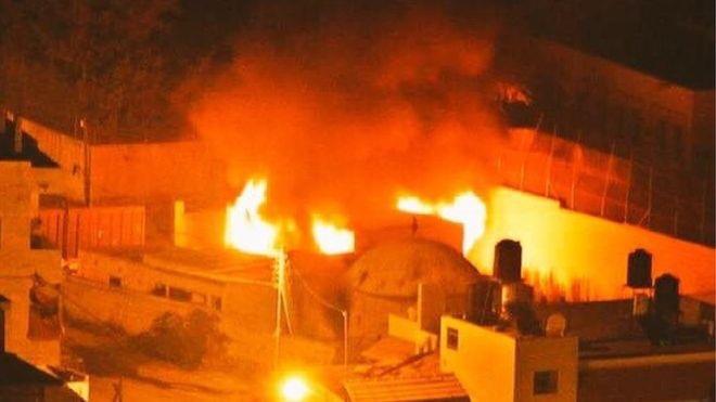 Das in Brand gesetzte Grab von Joseph. Foto Israeli Military Spokesman