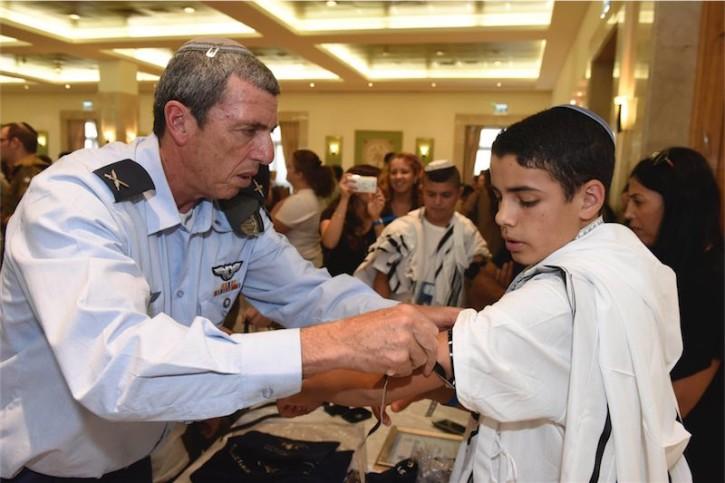 IDF Oberrabbiner Brig. Gen. Rafi Peretz zeigt Shalom Tiato wie man Tefilin befestigt. Foto Kobi Koenkas / IDF Witwen und Waisen Organisation.