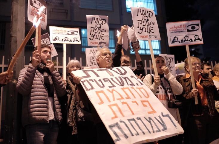 Aktivisten protestieren gegen das neue NGO-Gesetz  ausserhalb von Tel Aviv in der Nähe der Wohnung der israelischen Justizministerin Ayelet Shaked am 26. Dezember 2015. Foto Tomer Neuberg/Flash 90