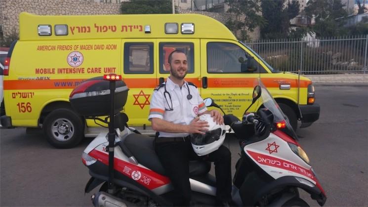 """""""Am meisten schätze ich, dass ich als Sanitäter Menschen helfen und Leben retten kann"""", sagt Aharon Adler. Foto MDA"""