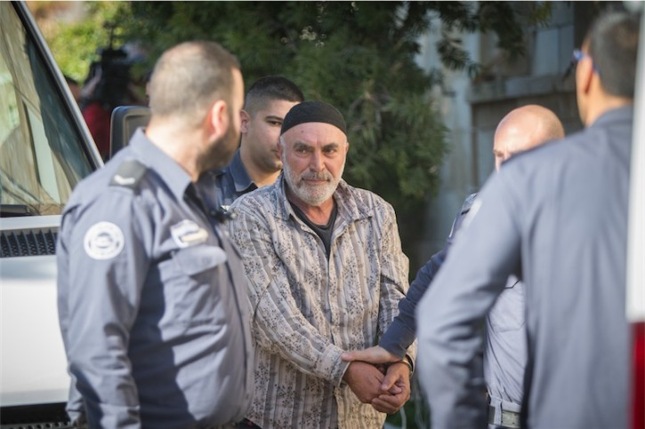 Der linke israelische Aktivist Ezra Nawi umgeben von Gefängniswärtern auf dem Weg zum Gericht in Jerusalem am 12. Januar 2015. Foto Yonatan Sindel / Flash90