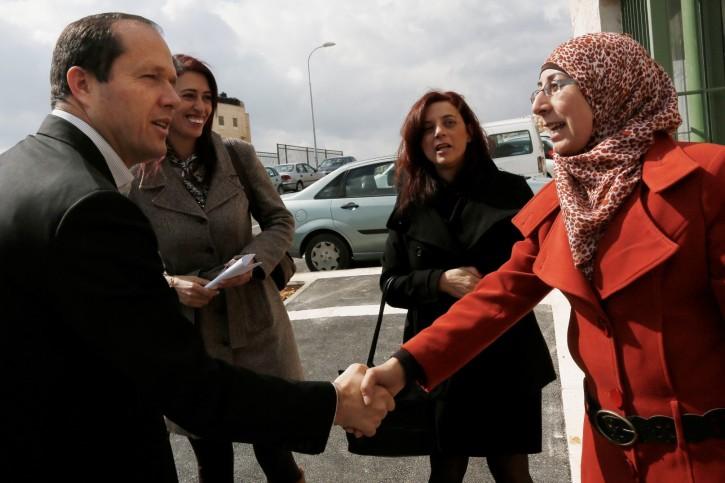 Jerusalem's Bürgermeister Nir Barkat begrüsst arabische Lehrer am Center for Excellence You-niversity in Beit Hanina. Februar 2014. Foto von Miriam Alster / FLASH90