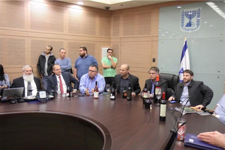 Bildungsminister Naftali Bennett, erinnerte an einer besonderen Feier in der Knesset die Anwesenden daran, dass es in den Gebieten von Judäa und Samaria schon zu biblischer Zeit zahlreiche Weingüter gegeben habe. Foto Hillel Maeir/TPS