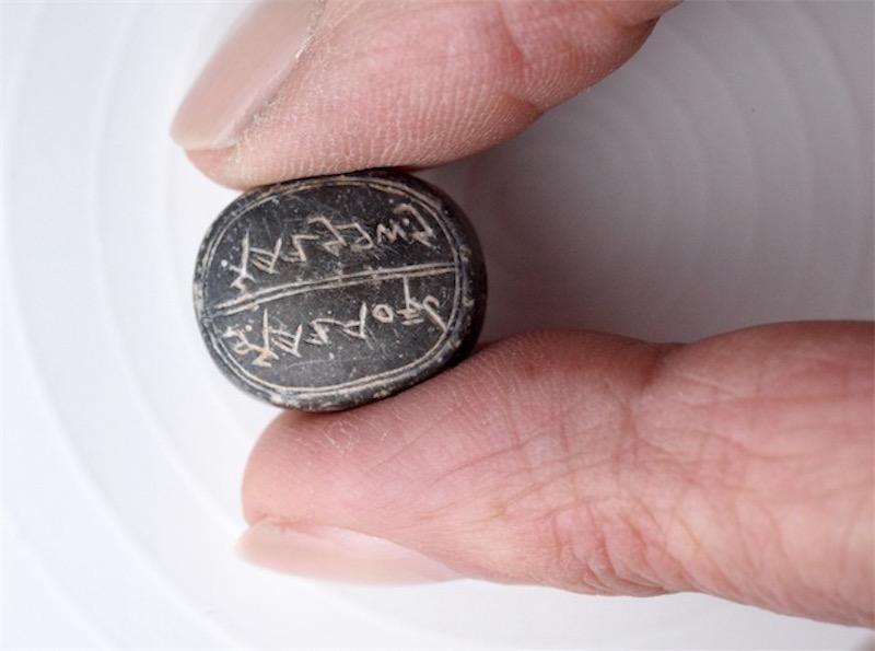 """Siegel mit der Aufschrift: """"Sa'aryahu ben Shabenyahu."""" Foto Israel Antiquities Authority / Clara Amit"""