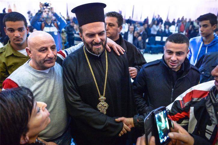 In der Mitte Pater Gabriel Naddaf. . Foto Aviram Valdman / The Tower