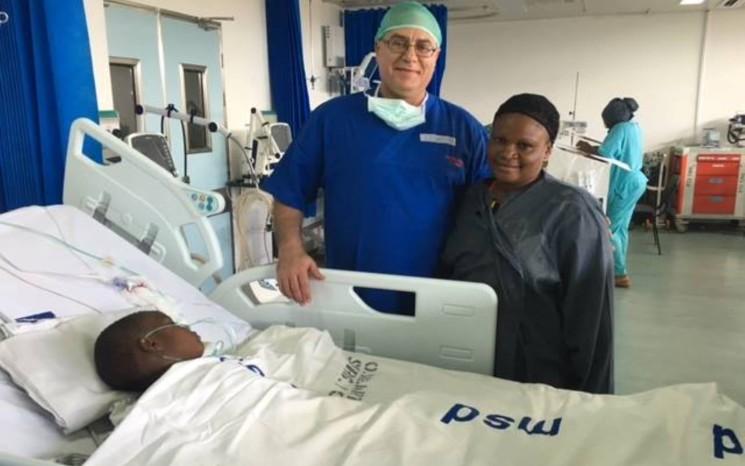 Der leitende Chirurge Dr. Lior Sasson, mit einer Mutter, bei deren Tochter eine erfolgreiche Operation durchgeführt wurde. Foto mit freundlicher Genehmigung von SACH.
