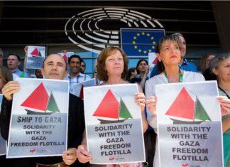 """Die Konföderale Fraktion der Vereinten Europäischen Linken/Nordischen Grünen Linken (GUE/NGL) solidarisch mit der """"Gaza Freedom Flotilla"""", 1. Juli 2015. CC BY-NC-ND 2.0- Foto Flickr.com / GUE/NGL"""