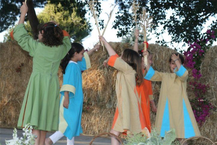Kinder feiern Schawuot in Israel 2009. Foto ארכיון ניר אליהו, CC BY 2.5, Wikimedia Commons.