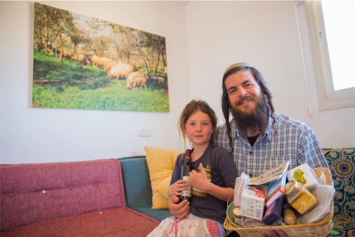 Nati Rom, Gründer von Lev HaOlam mit seiner Tochter. Foto Hillel Maeir/TPS
