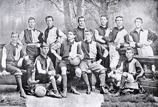 """Die Mannschaft der Karlsruher Kickers 1895. Sitzend in der Mitte Walther Bensemann (mit Ball). Dieses Foto zierte 25 Jahre später, am 14. Juli 1920, die Titelseite der ersten """"Kicker""""-Ausgabe. Foto PD"""