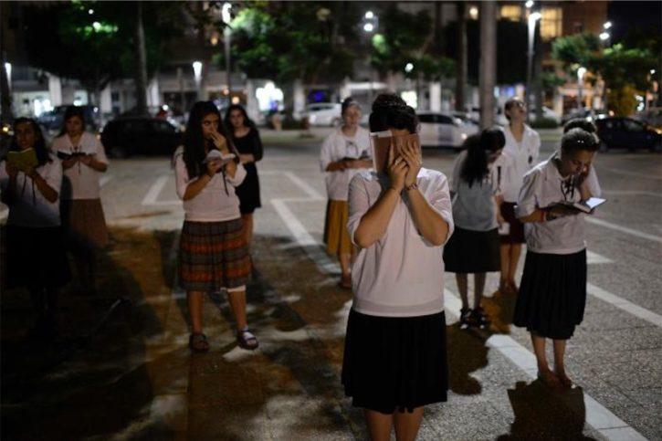 Frauen der Bnei Akiva Bewegung beten auf dem Rabin Square in Tel Aviv am 25. Juli 2015. Foto Flash90