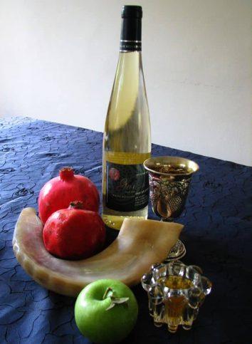Symbole und Speisen für Rosh Hashanah. Foto Gilabrand. CC BY-SA 3.0, Wikimedia Commons.