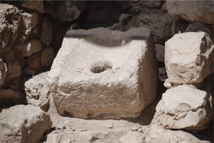 """Dieses Klo, gefunden im """"Haus des Achiel"""" in der Davidstadt Jerusalems wurde am 8. des Monats Av im Jahr 586 v. Chr. (also vor der Zerstörung Jerusalems und des ersten Tempels) durch Nebukadnazer zum letzten Mal benutzt. Darunter fanden die Archäologen menschlichen """"Mist"""", der in den USA in Labors auf organische Rest genau untersucht worden ist. Man fand Reste von """"Kleinvieh"""" und Kräutern wie Rosmarin und Salbei. Foto Ulrich Sahm"""