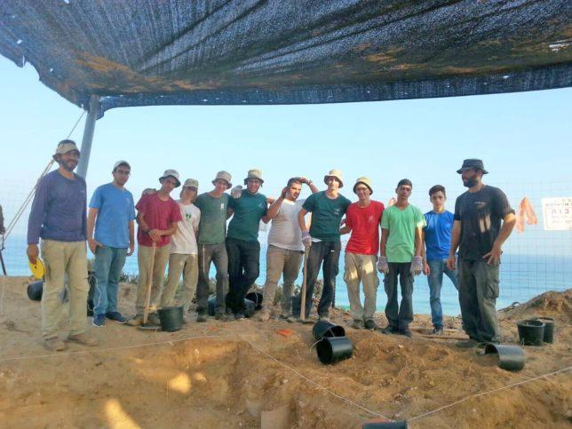 Junge Menschen, die an der archäologischen Ausgrabung mitgearbeitet haben. Foto Clara Amit, mit freundlicher Genehmigung der Israel Antiquities Authority.