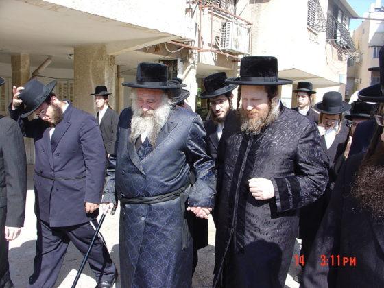 Rabbi Mordechai Yissachar Ber Leifer mit Rabbi Shmuel Shmelke Leifer tragen einen Beketsche. Foto PD