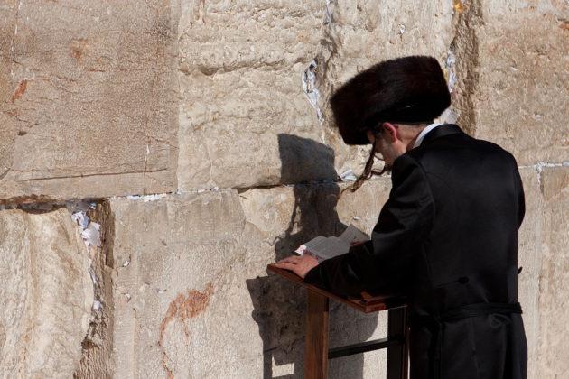 Beim Gebet an der Kotel (Klagemauer). Auf dem Kopf ein Schtreimel. Foto Brian Jeffery Beggerly, CC BY 2.0, Wikimedia Commons.