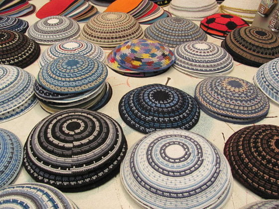 Handgefertigte Yarmulkes/Kippas. Foto galit hadari Pikiwiki Israel, CC BY 2.5, Wikimedia Commons.