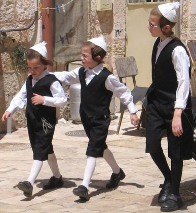 Kinder bereiten sich auf den Shabbat vor. Mea Shearim, Jerusalem. Foto Itzuvit, CC BY-SA 3.0, Wikimedia Commons