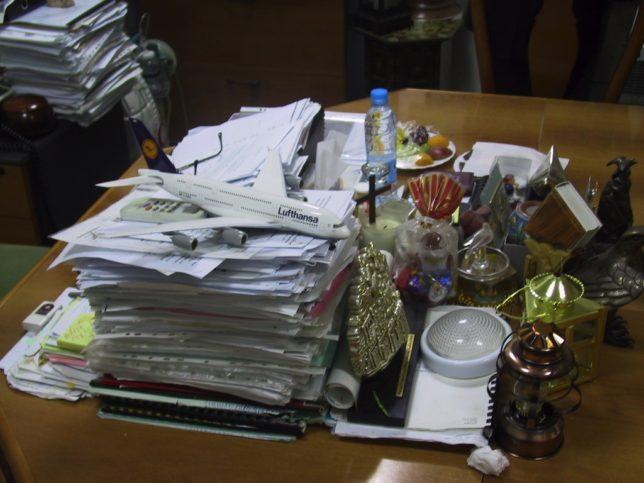 Ein Schreibtisch mit viel Kitsch. Foto © U. Sahm