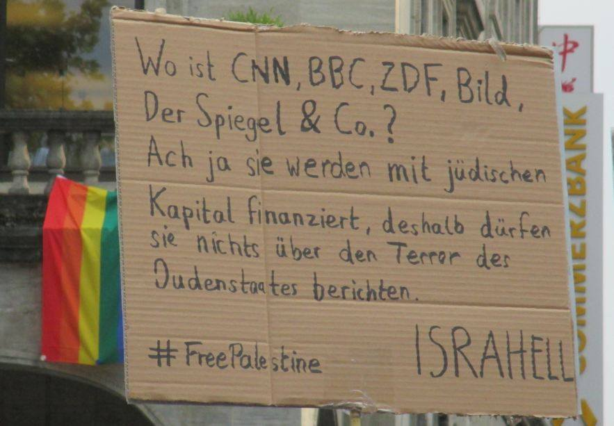 Antisemitisch oder nicht? Plakat an einer Anti-Israel Demonstration in Stuttgart. Sommer 2014. Foto Facebook