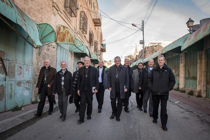 Vertreter der Bischofskonferenzen unterwegs auf einer Tour in Hebron organisiert von 'Breaking the Silence'. Foto Catholic Church (England and Wales), Flickr. com. CC BY-NC-SA 2.0