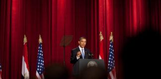 Obamas einseitige Rede am 04.06.2009 in Kairo fand vor einer grossen Anzahl islamischer Scheichs und Mitgliedern der Muslimbruderschaft statt. Foto Chuck Kennedy (Official White House photo) - The Official White House Photostream on Flickr, Gemeinfrei, Wikimedia Commons