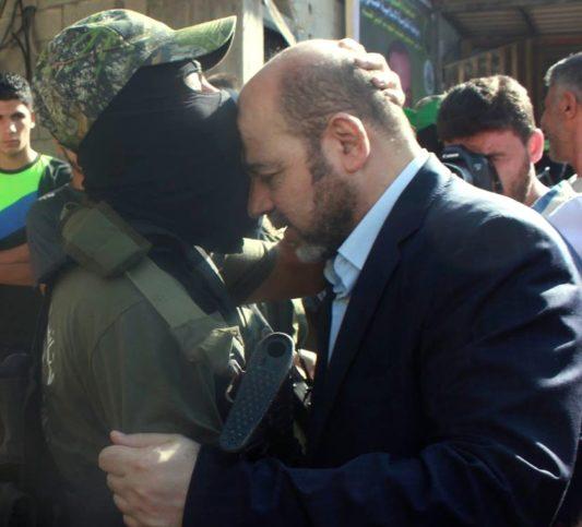 Mousa Abu Marzook mit einem Mitglied der Al-Qassam-Brigaden. Foto jstjamal / Twitter