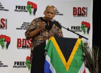 """Farid Esack, der Vorsitzende von BDS Südafrika begrüsst am 6. Februar 2015 """"Genossin"""" Leila Chaled an einem Fund Raising Dinner. Frau Chaled ist ein führendes Mitglied der Terrororganisation Volksfront zur Befreiung Palästinas (PFLP) und war eine der ersten weiblichen Flugzeugentführer der Geschichte. Foto BDS Southafrica / Facebook"""