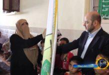 """Visum für einen Umstrittenen. Mousa Abu Marzouk, der als nächster Hamas-Chef gehandelt wird, konnte offenbar problemlos in die Schweiz einreisen. Hier zu Besuch bei der Mutter eines """"Märtyrers"""" der Al-Qassam-Brigaden. Foto Youtube Screenshot."""