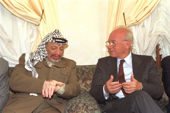 Rabin mit PLO Führer Arafat in Casablanca 1994. Foto Saar Yaacov/GPO, CC BY-SA 3.0, Wikimedia Commons.