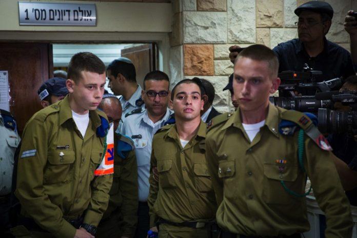 IDF-Soldat Elor Azaria (Mitte) wegen Totschlag zu 18 Monaten Gefängnis verurteilt. Foto Hillel Maeir/TPS