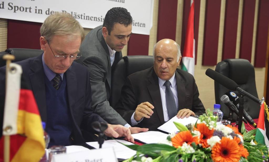 Die deutsche Regierung und der Deutsche Olympische Sportbund haben eine Kooperationserklärung mit dem Palästinensischen Fussballverband unterzeichnet. Foto jibrilrajoub.ps