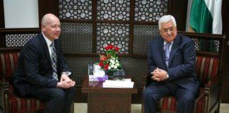 Der Präsident der palästinensischen Autonomiebehörde Mahmoud Abbas (rechts) bei einem Treffen mit dem US-Unterhändler Jason Greenblatt (links) am 14. März 2017 in Ramallah. Foto Flash90