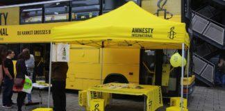 Stand von Amnesty International. Foto Metropolico.org / Flickr.com. (CC BY-SA 2.0)