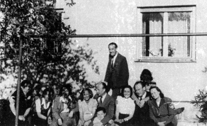 Oskar Schindler mit einer Gruppe ehemaliger Insassen von Brünnlitz, 1947. Foto Yad Vashem