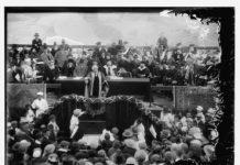 Lord Balfour spricht im April 1925 bei der Gründung der Hebräischen Universität in Jerusalem. Hinter ihm sitzen der erste israelische Staatspräsident Chaim Weizmann und Oberrabbiner Avraham Kook. Foto PD