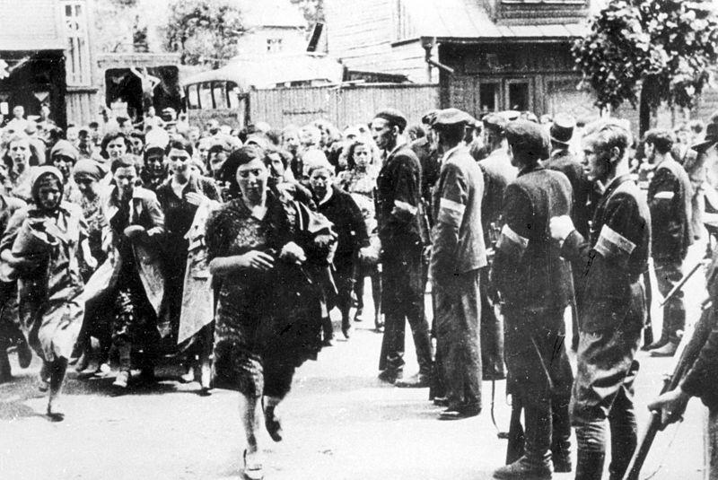 zusammengetrieben. Unter den Augen Deutschen Wehrmacht und der SS ermordeten litauische Nationalisten in Kowno (Kaunas/Kauen) vom 24. bis 29. Juni 1941 rund 3800 Juden und Jüdinnen im Zuge pogromartiger Gewaltexzesse und Massenerschiessungen.