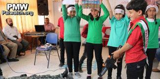 """Palästinensische Kinder """"spielen"""" die Erschiessung eines israelischen Soldaten unter Aufsicht der Lehrkräfte. Foto Facebookseite Al-Surra Schule / Palestinian Media Watch"""
