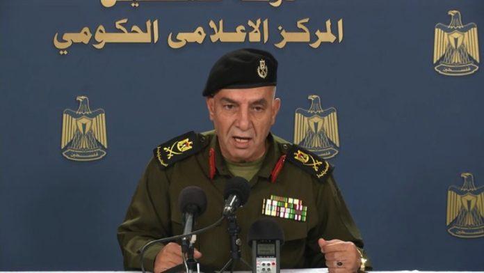 Zahlreiche ranghohe PA-Offizielle, wie etwa GeneralmajorAdnan Damiri, Sprecher der PA-Sicherheitskräfte, tragen hochdekorierte Militäruniformen, obwohl sie noch nie an irgendeinem Krieg teilgenommen haben. Foto Screenshot PA-Video