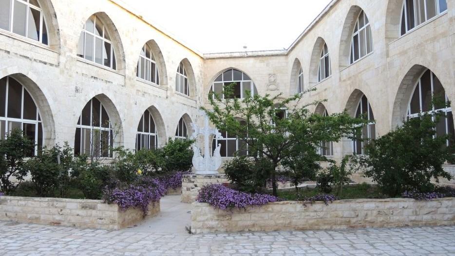 Violettes Vergissmeinnicht, das Symbol für den 100. Jahrestag des Völkermords an den Armeniern, in einem Hof des Klosters in der Jerusalemer Altstadt. Foto Melanie Lidman/Times of Israel