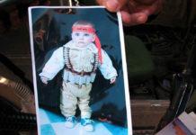 Ein Bild von einem Baby, das eine Schein-Selbstmord-Bombenweste trägt, gefunden im Haus eines gesuchten palästinensischen Terroristen in Hebron. Foto IDF