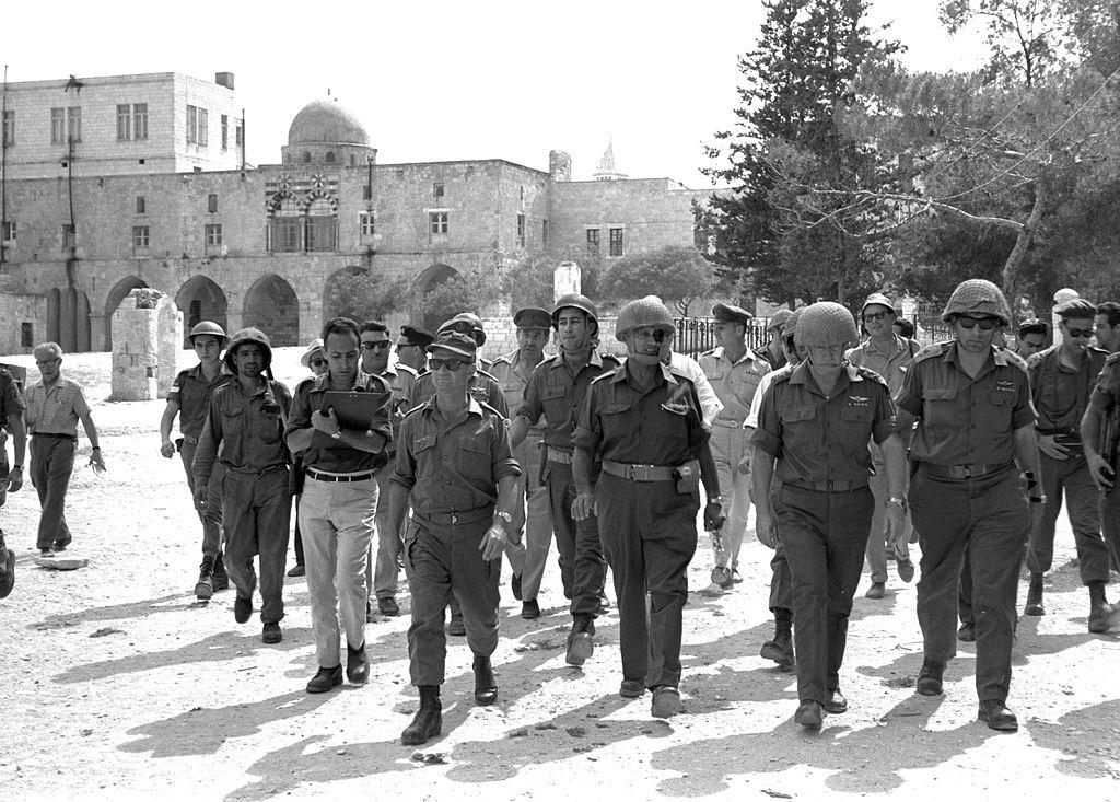Verteidigungsminister Moshe Dayan, Chef des Stabes Yitzhak Rabin, General Rehavam Zeevi (R) und General Narkis in der Altstadt von Jerusalem am 07. Juni 1967. Foto Ilan Bruner, GPO. CC BY-SA 3.0, Wikimedia Commons.
