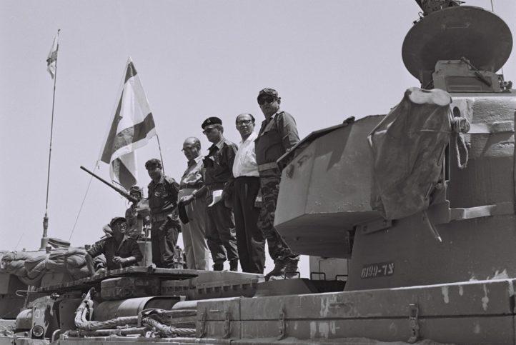 Menachem Begin mit Levi Eshkol am Sinai 1967. Foto GPO Archiv