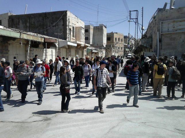 """""""Breaking the Silence"""" mit Gästen auf Tour in Hebron. Foto """"Breaking the Silence"""" / Facebook"""